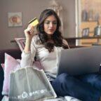 kobieta robi zakupy przez internet