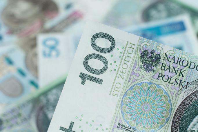 polskie banknoty, na pierwszym planie 100 zł